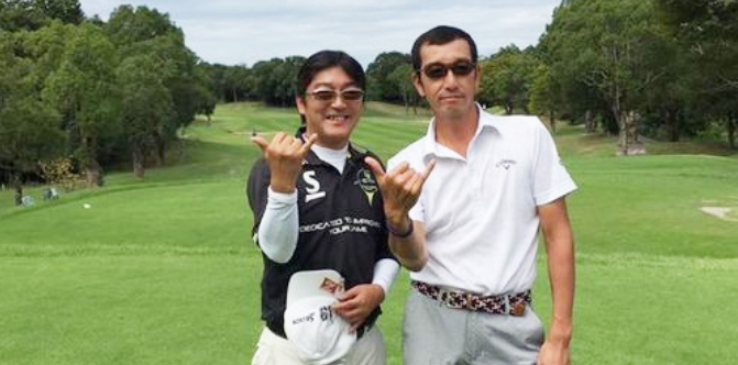 画像:サングラスをかけてゴルフ